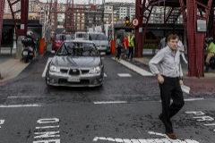 Salida de vehículos y peatones en el Puente Colgante de Portugalete.