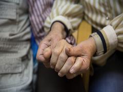Una mujer que cuida de su marido enfermo de Alzheimer.