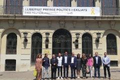 El Ayuntamiento coloca en su fachada un cartel sobre los presos y un lazo amarillo