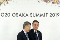 Los presidentes de Argentina, Mauricio Macri, y de Brasil, Jair Bolsonaro, durante la celebración de la cumbre del G20 en Osaka (Japón).