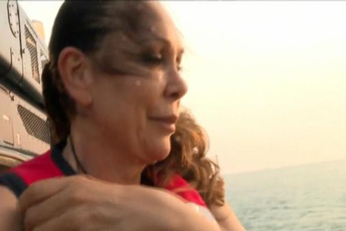 La cantante Isabel Pantoja tirándose del helicóptero para comenzar el concurso 'Supervivientes'. Fotograma del programa.