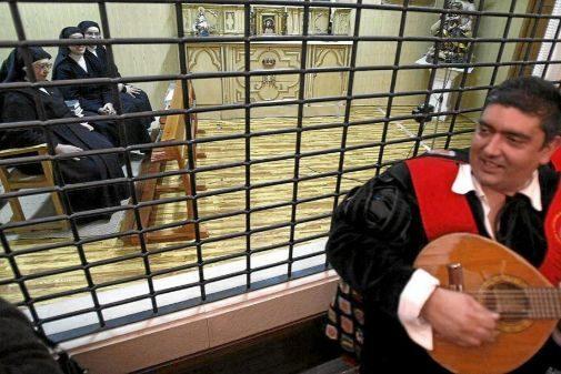 Un grupo de tunos de Derecho dedica una canción a las monjas de la Sangre, en 2008