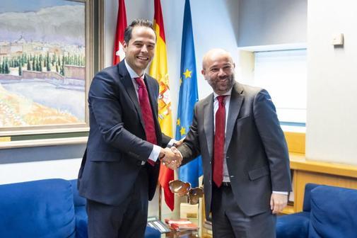 I. Aguado con el presidente de la Asamblea de Madrid, J. Trinidad.