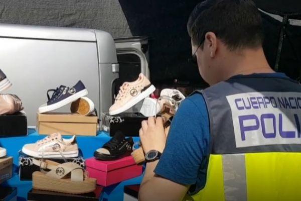 Un agente inspecciona el material incautado durante la operación
