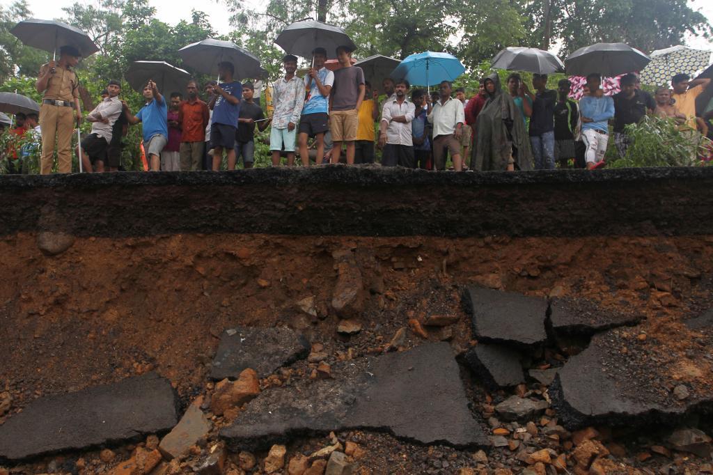 Una pared al límite de un suburbio se derrumbó. Un testigo declaró...