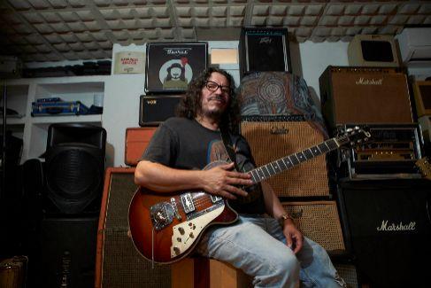 Raimundo Amador, en el estudio de grabación que tiene en su casa de Valencina en Sevilla.