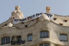 Pancarta colgada por Arran este martes en La Pedrera