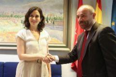 I. Díaz Ayuso con el presidente de la Asamblea de Madrid, Juan Trinidad.
