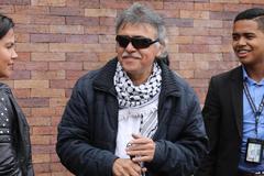 """AME5566. BOGOTÁ (COLOMBIA).- Seuxis Pausias Hernández Solarte (c) alias """"Jesús <HIT>Santrich</HIT>"""" llega para asistir a una reunión de la dirección del partido FARC este viernes, en Bogotá (Colombia). Una treintena de líderes del partido FARC, surgido tras la desmovilización de la antigua guerrilla, comenzaron este viernes una reunión de emergencia en la que darán """"respuesta"""" al asesinato de excombatientes, que cifran en al menos 135 desde que se firmó el acuerdo de paz con el Gobierno de Colombia en noviembre de 2016."""