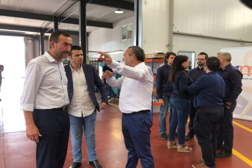 Carlos González, ayer en la visita a una empresa.