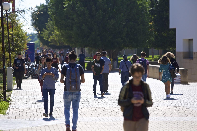 Estudiantes en el campus de San Vicente de la Universidad de Alicante
