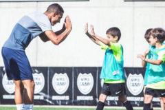 Rodrigo Moreno saluda a niños del Nike Campus en Andorra.