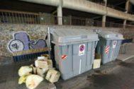 Basura fuera de un contenedor en las calles de Alicante.
