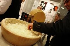 Queso 'Parmigiano' en una feria gastronómica, en Madrid.