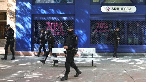 La policía cuestodia la sede del Huesca durante los registros.