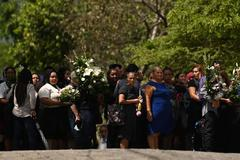Decenas de personas esperan en San Salvador los féretros de Óscar y Angie Valeria, quienes perecieron en Río Bravo la semana pasada.