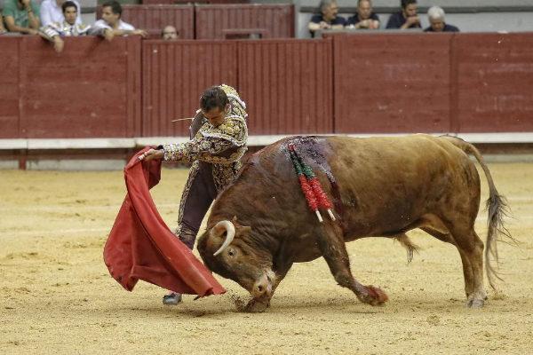 Pase de pecho de El Fandi con el toro de Román Sorando, este martes, en el Coliseum de Burgos.