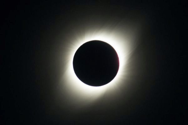 El Sol queda cubierto por la Luna durante el eclipse solar