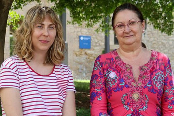 Salud Mantero y Esperança Bosch, ayer, posando en el campus de la universidad.