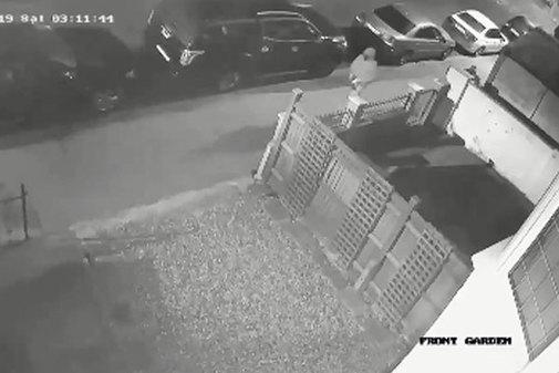 Captura de pantalla de las cámaras de seguridad en la que se ve al presunto agresor saliendo de la casa de la joven tras el ataque, en  Croydon, en el sur de Londres.