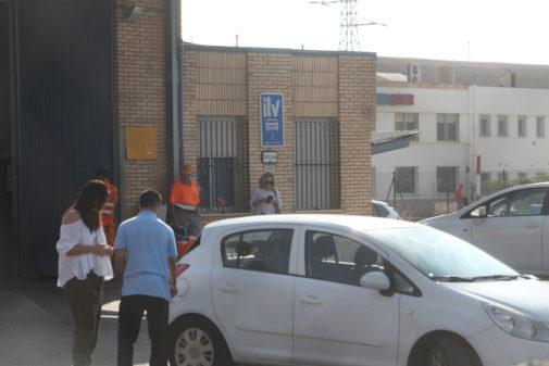 Un operario de la ITV de Castellón, este martes, revisando un coche.