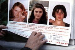 Los carteles que se distribuyeron tras la desaparición de las niñas, recogidos en el documental de Netflix.
