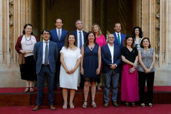 Francina Armengol con los once consellers de su Govern.