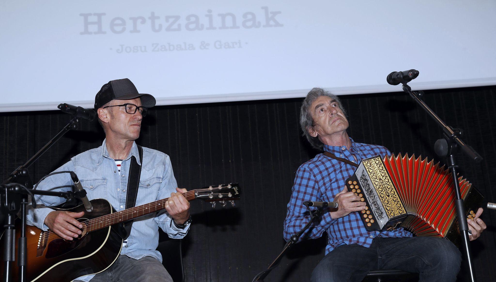 Gari y Josu Zabala, tocan un tema tras anunciar el concierto de septiembre.