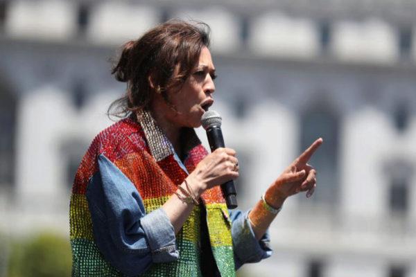La candidata a la nominación demócrata, Kamala Harris, da un discurso durante las celebraciones por el Orgullo en San Francisco, California.