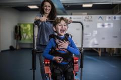 """El primer niño que aprende a andar con un exoesqueleto: """"Es una parte de mi cuerpo"""""""