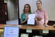 La responsable de Mujer y LGTBI de Ciudadanos, Patricia Reyes, y la portavoz adjunta, Melisa Rodríguez, en el registro del Congreso.