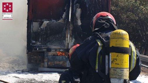 Trabajos de extinción en el camión de la AP-7 este miércoles.