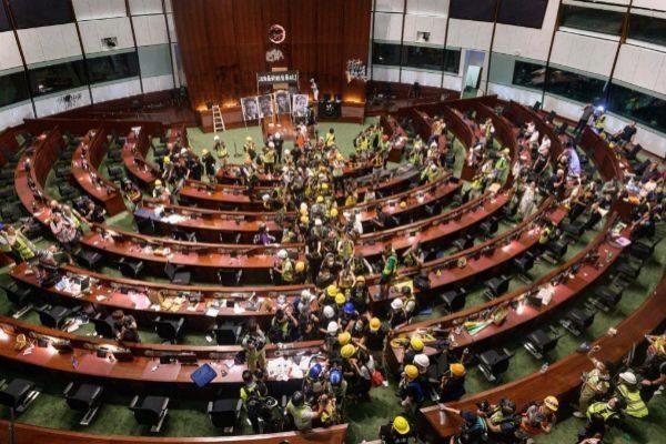 Asalto al Parlamento de Hong Kong el pasado 2 de julio.