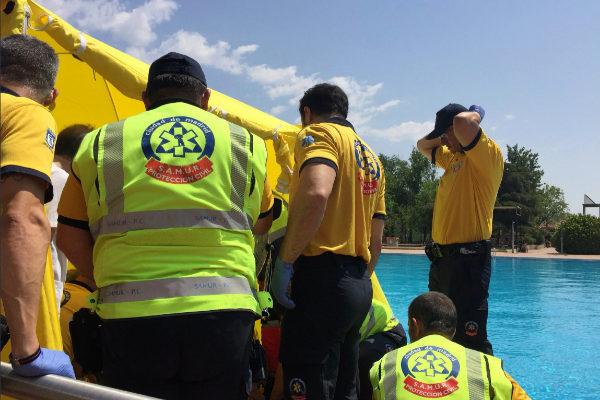 Los sanitarios, en la piscina de Orcasitas, este miércoles.