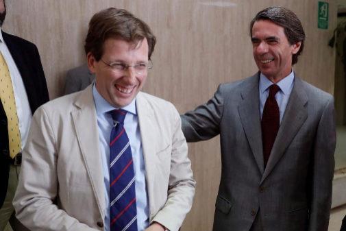 El alcalde Martínez Almeida, con el ex presidente Aznar, en un acto reciente.