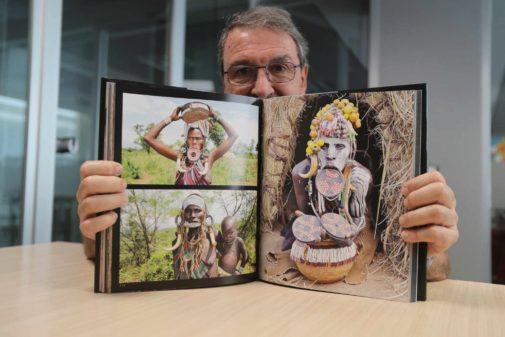Alberto Usó muestra el libro que ha publicado para recaudar fondos para Etiopía.