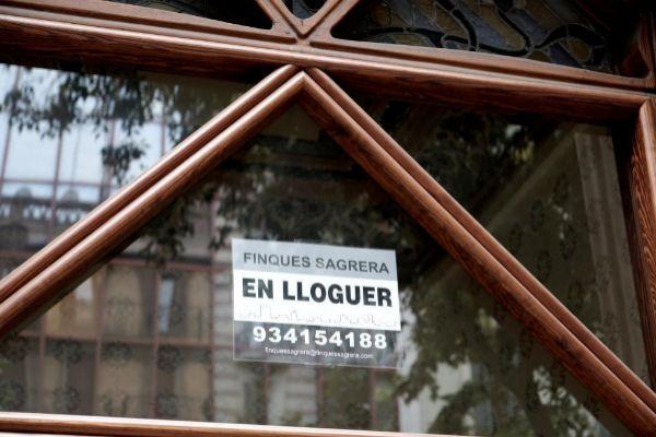 Anuncio del alquiler de una vivienda en Barcelona.