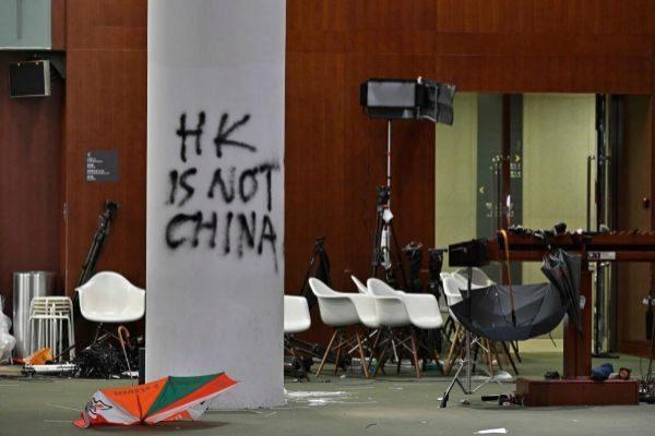 Pintadas contra China en el Parlamento de Hong Kong, asaltado el lunes por manifestantes.