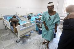 Migrantes heridos en el bombardeo a un centro en Tajura son atendidos en un hospital de Trípoli.