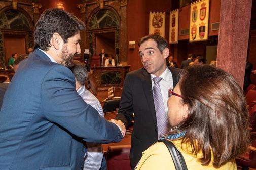 El candidato del PP, Fernando López Miras (izqda.) saluda al portavoz...