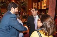 El candidato del PP, Fernando López Miras (izqda.) saluda al portavoz de Vox en la Asamblea de Murcia, Juan José Liarte.
