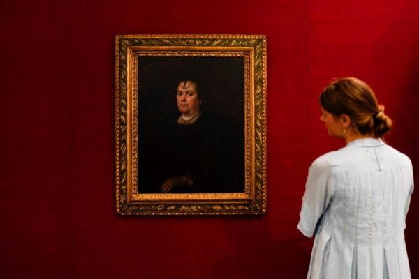 Una visitante observa 'La Amante del Vaticano' de Diego Velázquez