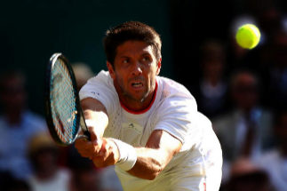 Verdasco golpea la bola ante Edmund en la 2ª ronda de Wimbledon.