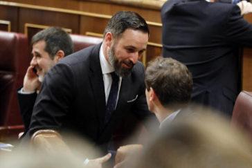 Santiago Abascal (Vox) saluda a Albert Rivera (Ciudadanos) en la sesión constitutiva del Congreso de los Diputados.