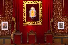 Los retratos de Torra y el Rey, tal y como han quedado en el Salón de Plenos del Ayuntamiento de Tarragona.