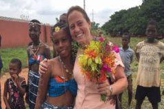 La profesora Teresa Cardona, de 43 años, junto a nativos de Costa de Marfil, adonde había ido en misión humanitaria.