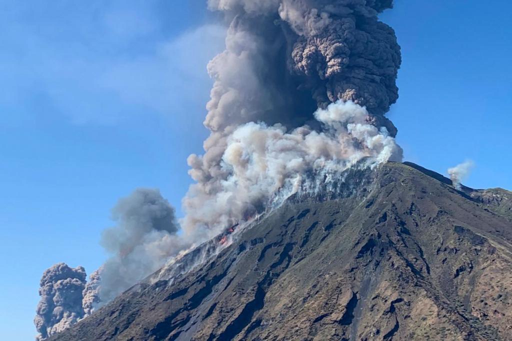El volcán Stromboli, en el archipiélago de las islas Eólias y uno de los pocos que se mantiene en actividad, tiene una altura de 927 metros, pero bajo el nivel del mar se calcula que cuenta con unos 3.000 metros de cono sumergidos.  En la memoria está aún la erupción del 30 de diciembre de 2002 que provocó un pequeño tsunami en el sur del Tirreno, con una ola de unos veinte metros de altura que arrasó la isla de Stromboli.