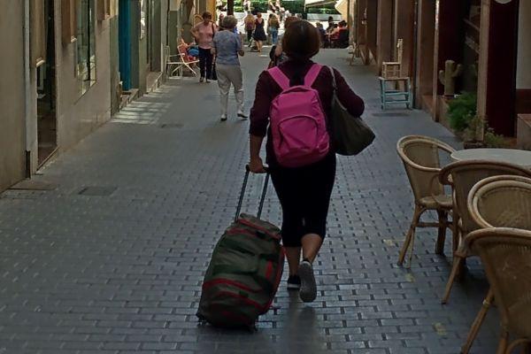 Una turista en busca de su piso de alquiler en el centro de Palma.