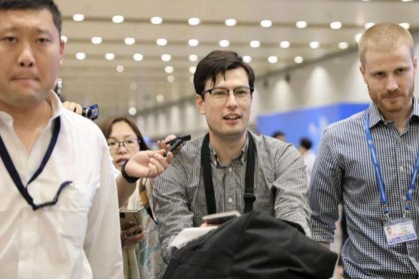 El estudiante Alek Sigley, de 29 años, a su llegada al aeropuerto de Pekín.