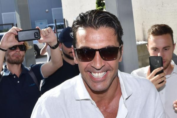 Turin (Italy).- Italian goalkeeper Gianluigi <HIT>Buffon</HIT> meets the crowds as he arrives for medical examinations at Juventus Medical Center in Turin, Italy, 04 July 2019. Gianluigi <HIT>Buffon</HIT> is back at Juventus after one season away at Paris Saint-Germain. (Italia) EPA/